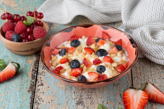 мацони от нато с медом и свежими ягодами(320 руб.)