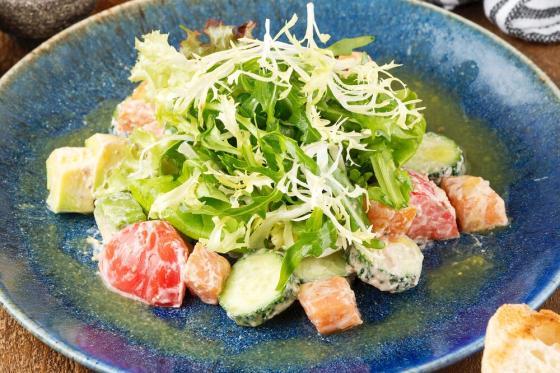 салат с копченым лососем и авокадо(620 руб.)
