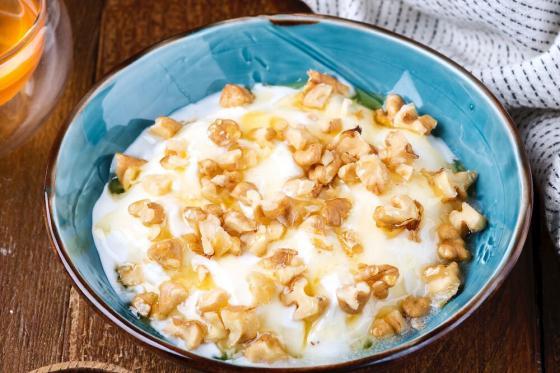 мацони с медом и орехами(290 руб.)