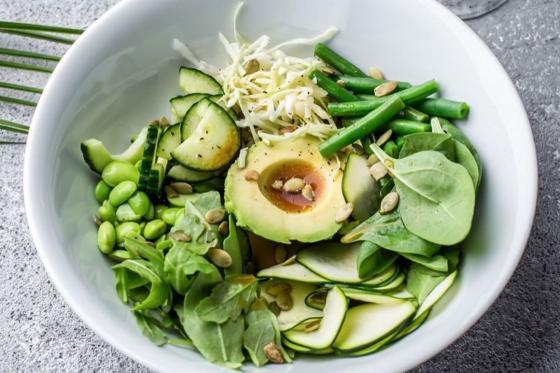 Листья салата, эдамаме, зеленая фасоль, авокадо, азиатская заправка(417 руб.)